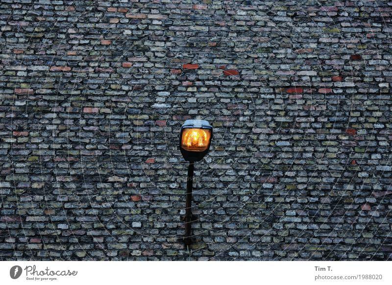 Lichtblick Hauptstadt Stadtzentrum Altstadt Menschenleer Haus Fassade Design Laterne Lampe Mauer Farbfoto Außenaufnahme Textfreiraum links Textfreiraum rechts