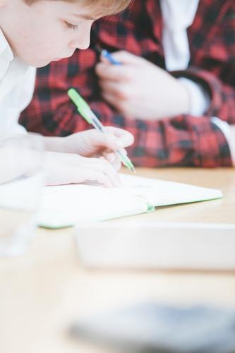 Schulkind schreibt oder zeichnet auf Block Mensch Kind Hintergrundbild Schule Wohnung blond Kindheit Tisch lernen schreiben zeichnen Schreibstift üben Bruder