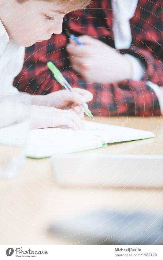 Schulkind schreibt oder zeichnet auf Block Wohnung Kind Schule Mensch Bruder Kindheit 1 3-8 Jahre blond zeichnen schreiben Hintergrundbild üben lernen