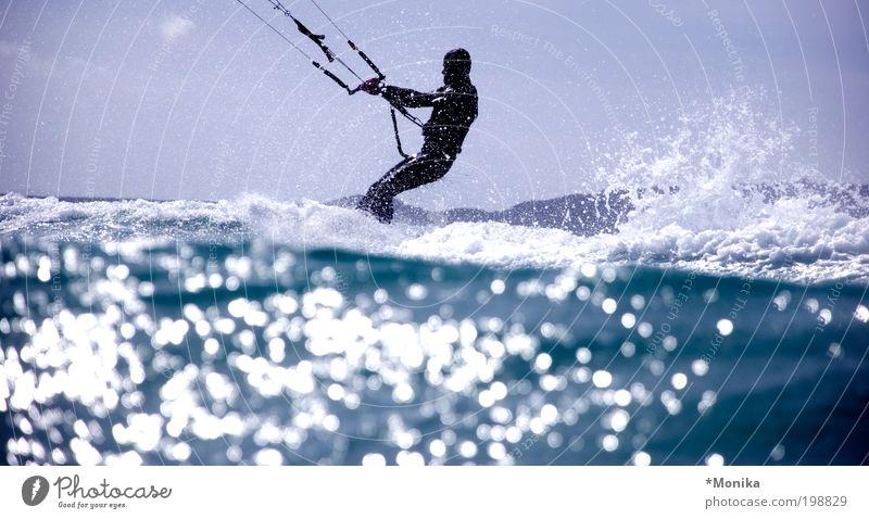 Kiter in Sardinien Mensch blau Wasser Sommer Sonne Meer Freude Erwachsene Sport Freiheit Wellen nass Wassertropfen sportlich Lebensfreude trendy