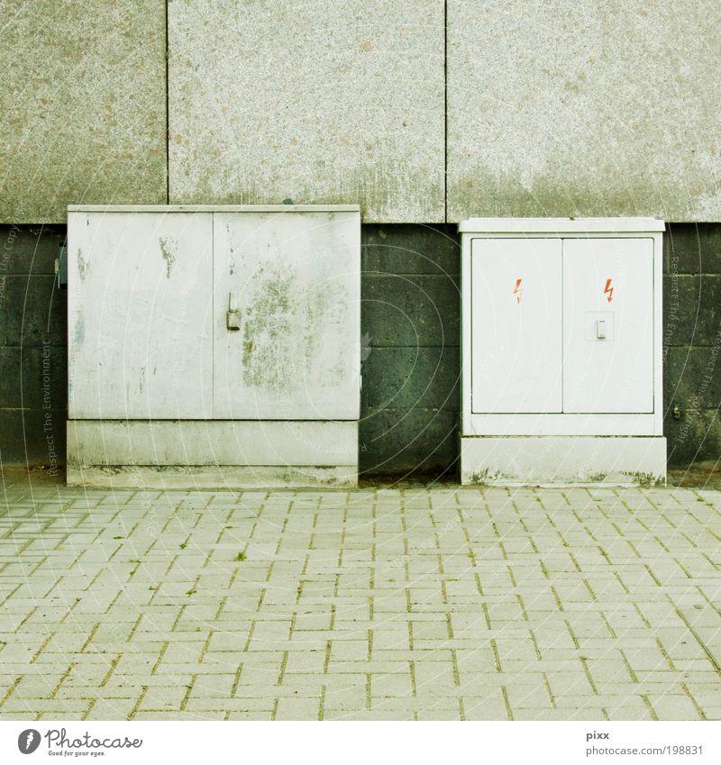 Großstadtphilosophen Stadt grau Stein warten Fassade Energiewirtschaft gefährlich stehen Telekommunikation Kunststoff Blitze Moos Pflastersteine hässlich Bochum Dinge