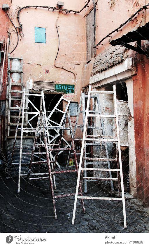 Ladders of fortune Haus Arbeit & Erwerbstätigkeit Wand Mauer Kabel Telekommunikation Wandel & Veränderung Baustelle Bauernhof Umzug (Wohnungswechsel) Handwerk
