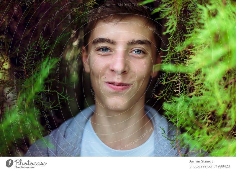 Porträt im Busch Mensch Natur Jugendliche Sommer schön Junger Mann Erholung Freude 18-30 Jahre Gesicht Erwachsene Leben Lifestyle Frühling Stil Glück