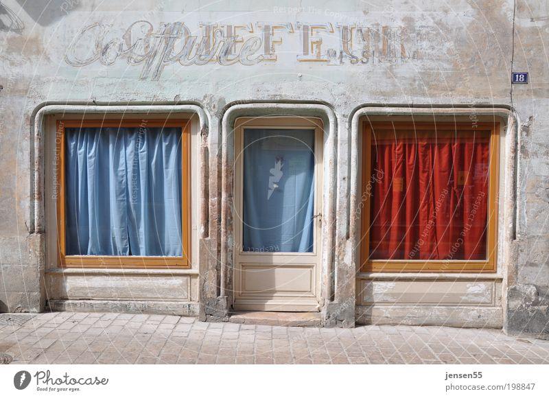 Coiffure Kleinstadt Altstadt Menschenleer Haus Gebäude Handel Fenster Schaufenster Straße Haare & Frisuren alt historisch Stadt Wärme blau rot ruhig Farbfoto