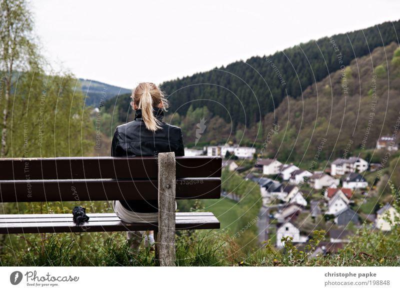 heiter bis wolkig Mensch Jugendliche Ferne Wald Erholung Berge u. Gebirge Freiheit Landschaft blond Erwachsene Wind Ausflug sitzen Pause Bank Aussicht