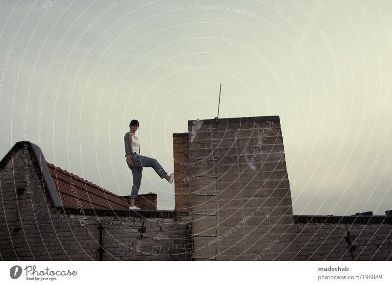 +1400+ roofbabies on fire Frau Jugendliche Erwachsene Stil Lifestyle stehen Coolness Dach 18-30 Jahre Junge Frau Unendlichkeit Sehnsucht entdecken trendy frech Schornstein