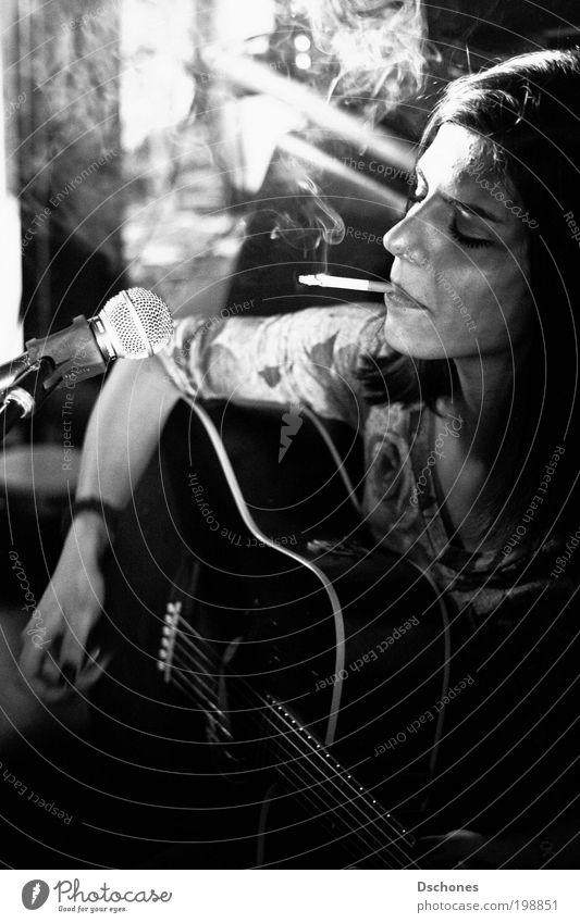 Dark Mensch feminin Junge Frau Jugendliche Kopf Gesicht 1 18-30 Jahre Erwachsene Einsamkeit Lebensfreude Schwarzweißfoto Innenaufnahme Nacht Kunstlicht Schatten