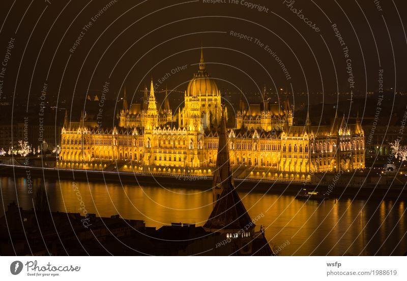 Ungarisches Parlament Budapest bei Nacht Tourismus Wasser Stadt Architektur historisch Beleuchtung schloss ungarn Großstadt Donau reisen Attraktion panorama