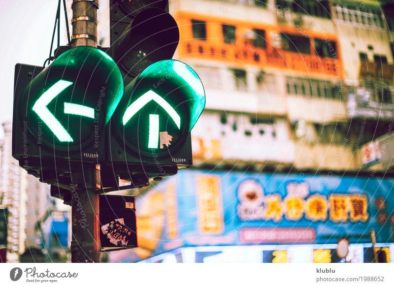 Grüne Pfeile auf der Kreuzung Ferien & Urlaub & Reisen grün Landschaft Haus Straße Leben Bewegung Gebäude Tourismus gehen Textfreiraum Verkehr Ausflug modern