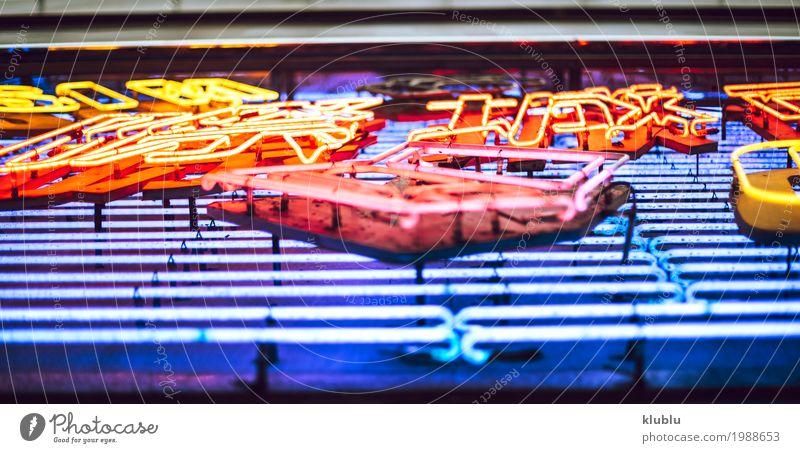 Buntes belichtetes Schild in der Straße Design Leben Ferien & Urlaub & Reisen Tourismus Ausflug Haus Landschaft Stadtzentrum Gebäude Hinweisschild Warnschild