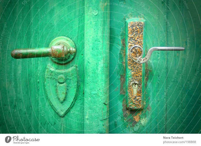 öffne mich! alt grün Haus Leben Glück Gebäude träumen Stimmung Tür Zeit Angst Design ästhetisch gefährlich Wandel & Veränderung Häusliches Leben