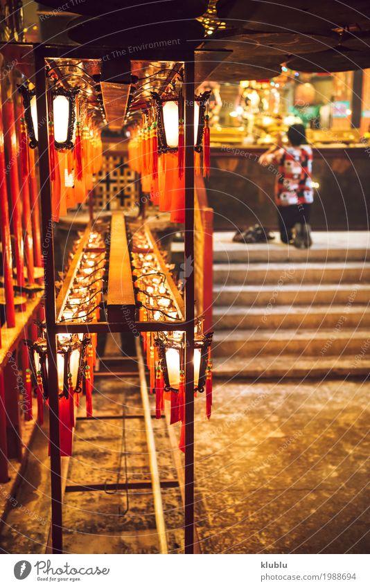 Eine Person, die im Tempel betet Dekoration & Verzierung Lampe Mensch Kultur Gebäude rot Religion & Glaube beten Laterne Licht Hongkong Asien Buddhismus