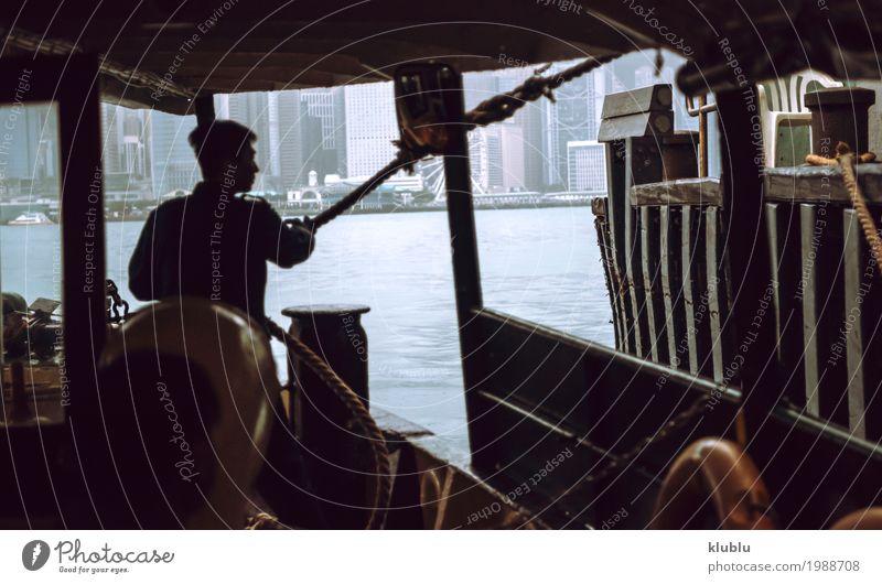 Person mit Seil auf dem Boot Mensch Ferien & Urlaub & Reisen Landschaft Architektur Leben Bewegung Gebäude Tourismus Wasserfahrzeug Arbeit & Erwerbstätigkeit