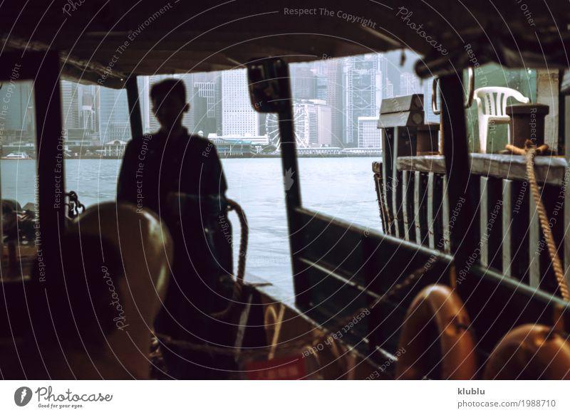 Die Wolkenkratzer von Hong Kong in der Fähre segeln. Himmel Ferien & Urlaub & Reisen Landschaft Haus Architektur Leben Bewegung Gebäude Tourismus Wasserfahrzeug