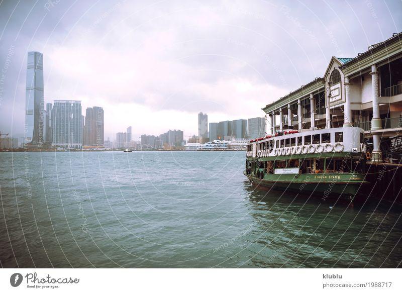 Eine Bootsstation und ein Stadtbild in Hong Kong Ferien & Urlaub & Reisen Landschaft Architektur Leben Bewegung Gebäude klein Tourismus Wasserfahrzeug