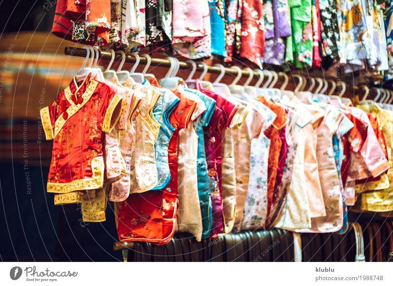 Verschiedene farbige Kleider, die an einem Stand in einem Markt hängen. kaufen schön Leben Tourismus Ausflug Landschaft stehen klein modern farbenfroh Sortiment