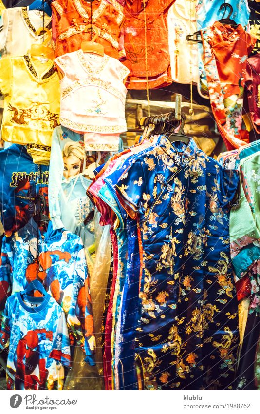 Bunte Kleidersortiment kaufen schön Leben Tourismus Ausflug Landschaft stehen klein modern farbenfroh Sortiment Markt Einzelhandel Kunde Lager ähnlich Produkt