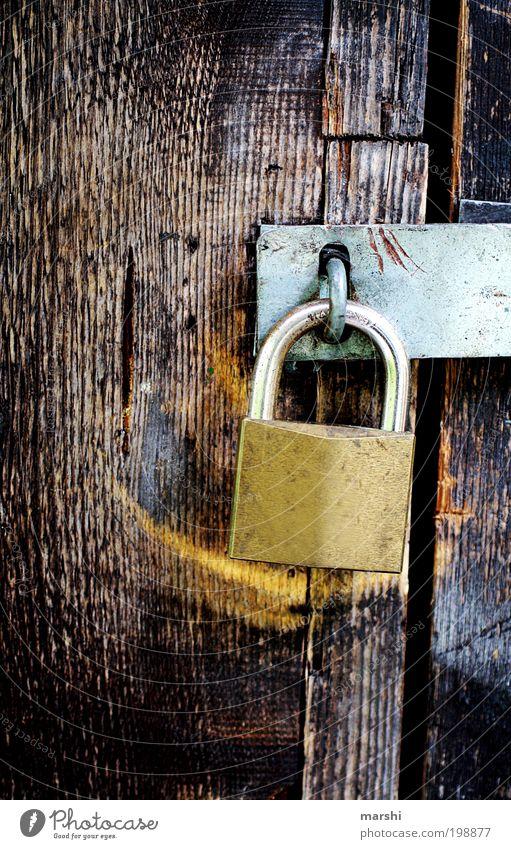 verschlossen alt Holz Metall geschlossen geheimnisvoll Schloss gefangen Beschläge Riegel einsperren Vorhängeschloss Holzstruktur Schlüsseldienst