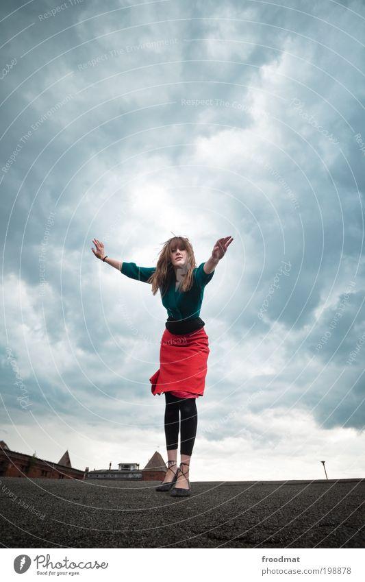 dachwach Frau Mensch Jugendliche Wolken feminin träumen Tanzen Erwachsene Wind elegant verrückt Dach bedrohlich einzigartig Sturm