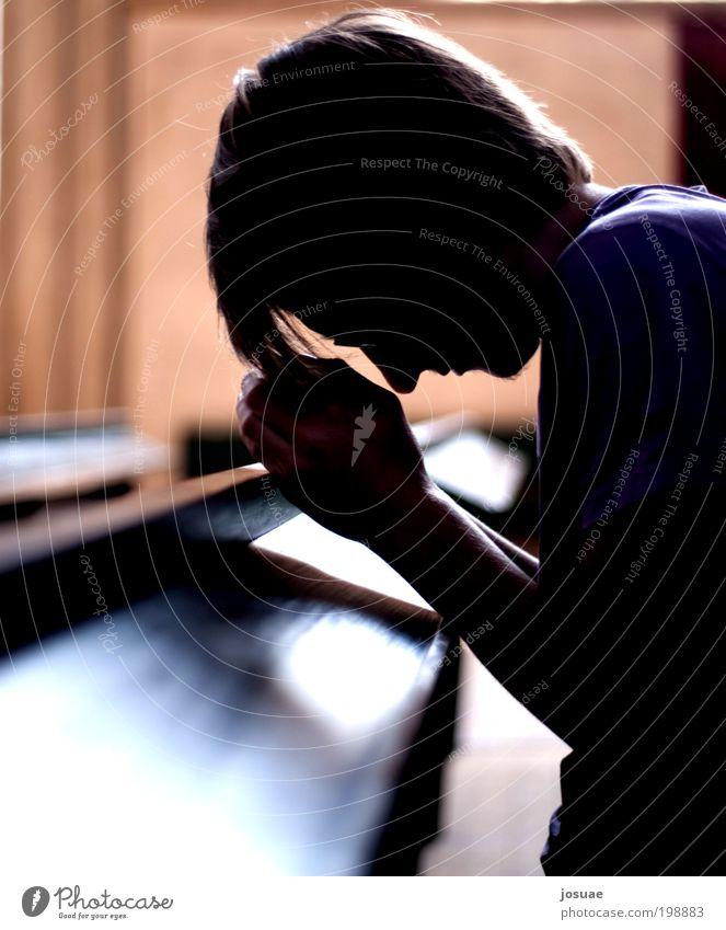 Vater Unser Glück ruhig Meditation Schüler maskulin Junger Mann Jugendliche 18-30 Jahre Erwachsene Menschenleer Kirche Dom Stein Holz hocken hören knien