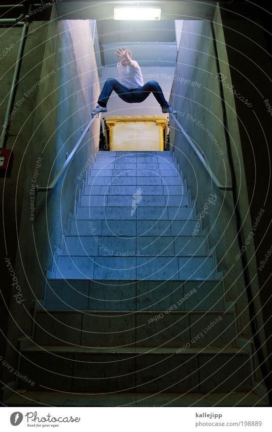 türsteher Kampfsport maskulin Mann Erwachsene Arme Hand Finger Beine Mauer Wand Treppe stehen aufwärts Müllbehälter stoppen bedrohlich Warnhinweis Notausgang