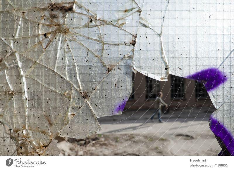 durchbruch Fenster kaputt trashig trist sparsam Verfall Vergangenheit Vergänglichkeit Scherbe Scheibe Glas Industriekultur Farbfoto Gedeckte Farben