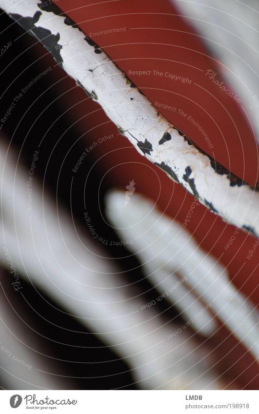 Schmiedekunst, in die Jahre gekommen alt weiß rot Metall Handwerk Eisen Handwerker Gitter abblättern Textfreiraum links Werkstatt Schnörkel Schmiede schmieden Schmiedekunst