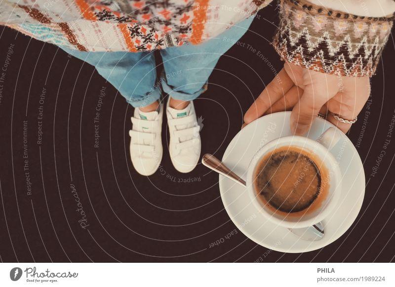morning coffee Heißgetränk Kaffee Espresso Tasse Stil Mode Jeanshose Jacke Coolness trendy einzigartig Wärme wild weich blau braun orange genießen Pause
