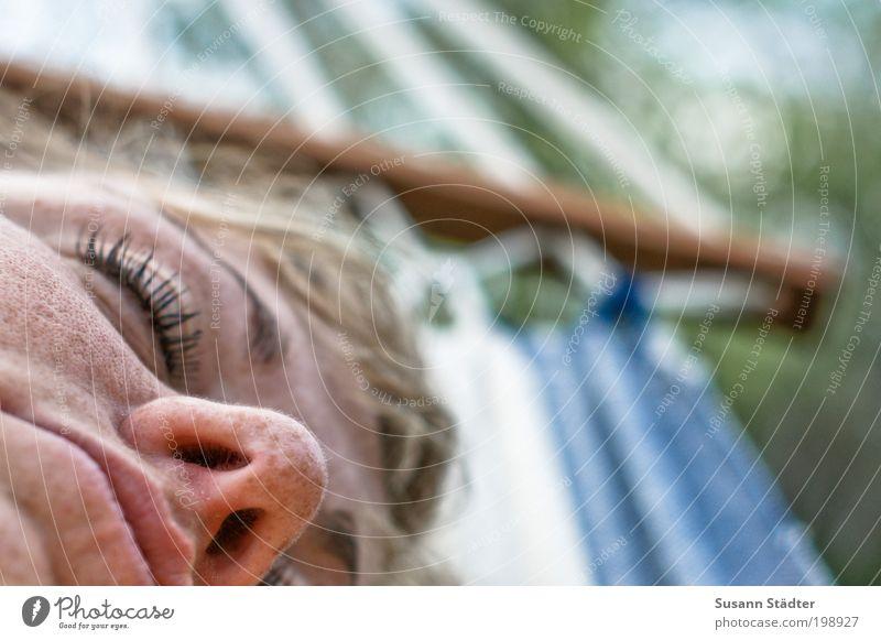 Abhängen und Abmatten Frau schön Gesicht ruhig Auge Leben Erholung feminin Garten Mund Zufriedenheit Erwachsene schlafen Wellness Lippen harmonisch