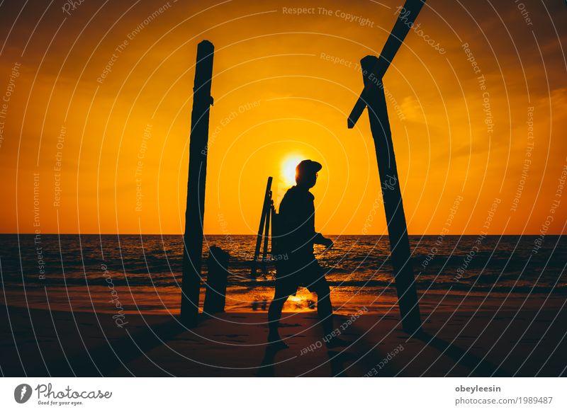 die silhouette des mannes der alleine am strand geht ein lizenzfreies stock foto von photocase. Black Bedroom Furniture Sets. Home Design Ideas