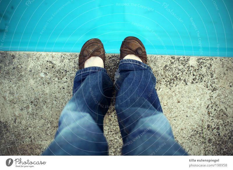 Absprung Frau Mensch Wasser Jugendliche blau Sommer ruhig Einsamkeit Leben feminin Freiheit Stein Beine Erwachsene Fuß Freizeit & Hobby