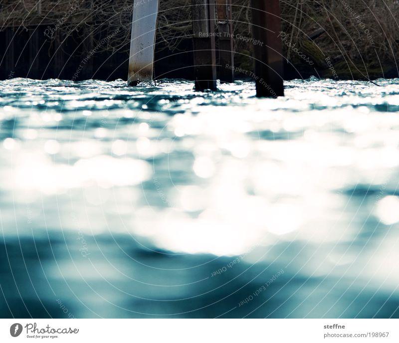 Waterkant Wasser Küste Wellen glänzend nass Seeufer Anlegestelle Flussufer See Bootsfahrt