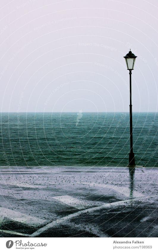 Steht eine Laterne... Meer Strand kalt Regen Wellen Straßenverkehr nass Insel Laterne Bucht Seeufer Unwetter schlechtes Wetter Laternenpfahl Fahrbahnmarkierung Gomera