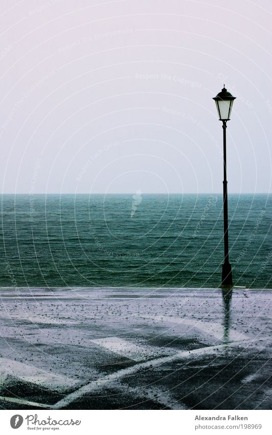 Steht eine Laterne... schlechtes Wetter Unwetter Regen Wellen Seeufer Strand Bucht Meer Insel kalt nass Straßenverkehr Laternenpfahl Gomera Außenaufnahme
