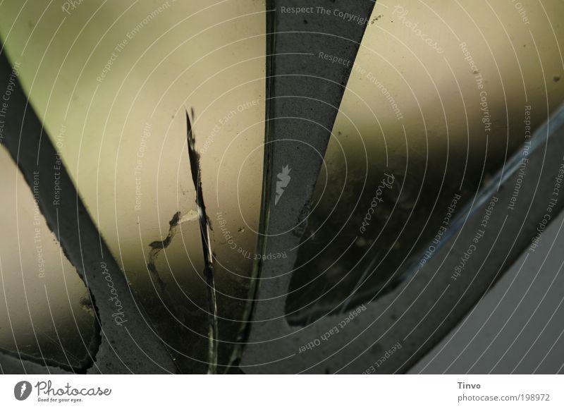 Blindflug - Augen zu und durch Spiegel Glas Metall kaputt Riss Sprung blind beschlagen Bleifassung Mosaik Farbfoto Außenaufnahme Detailaufnahme
