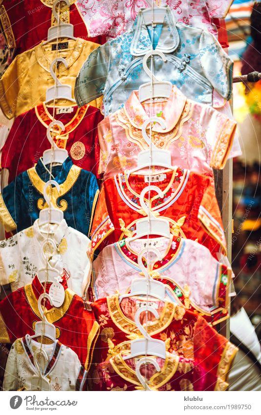 Verschiedene farbige Kleider, die an einem Stand in einem Markt hängen. schön Landschaft Leben klein Tourismus Ausflug modern Aktion stehen kaufen Asien Lager