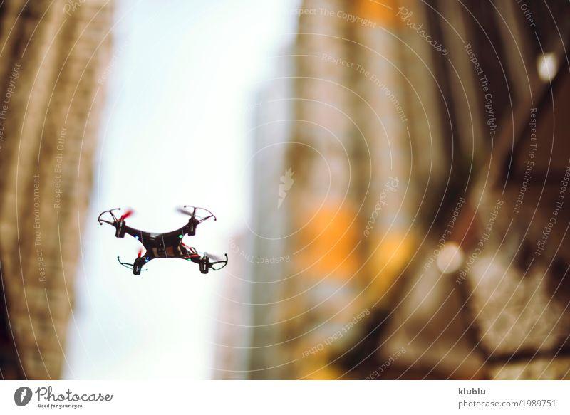 Kleiner Quadrocopter in der Straße. Drohne. Ferien & Urlaub & Reisen Landschaft Haus Architektur Leben Gebäude klein Tourismus fliegen Fassade Textfreiraum