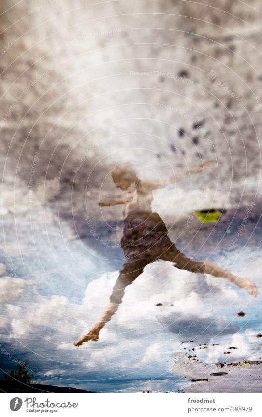.......... Mensch Frau Jugendliche Freude Erwachsene Leben feminin springen Glück Tanzen elegant nass ästhetisch Romantik Junge Frau Kitsch