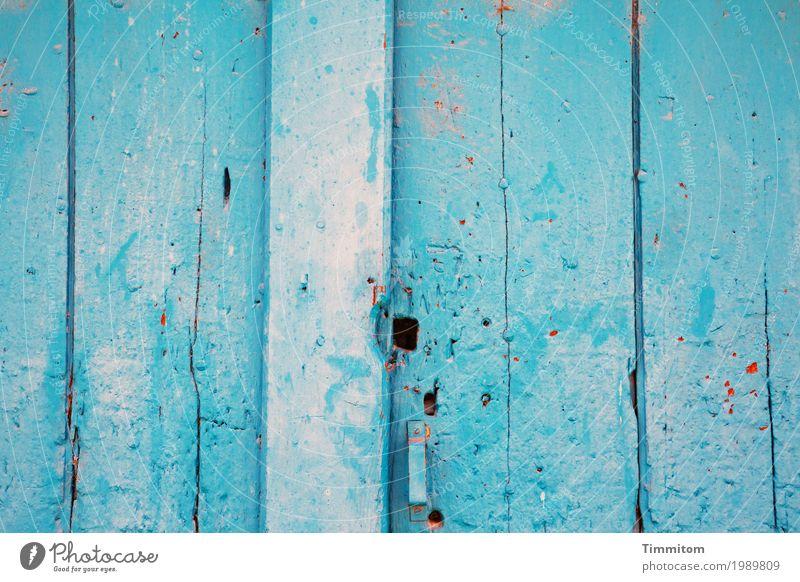Eine gewisse Leichtigkeit. Wohnung Einfamilienhaus Tür Holz Metall alt ästhetisch einfach hell blau rot Gefühle Stimmung Zufriedenheit Loch Schloss Farbfoto