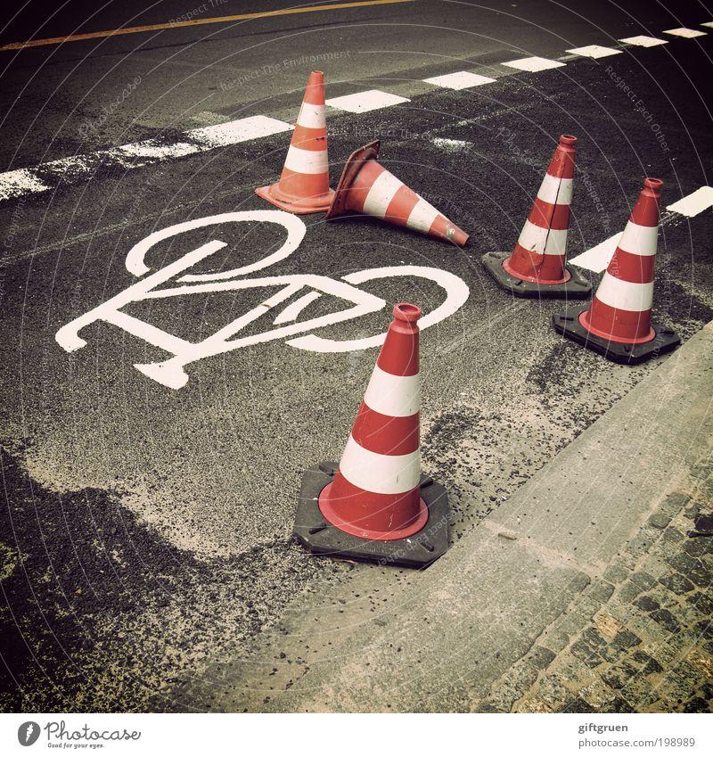 achtung Verkehr Verkehrswege Straße Wege & Pfade Fahrrad Sicherheit Warnung Warnhinweis Markierungslinie Schilder & Markierungen Symbole & Metaphern Straßenrand