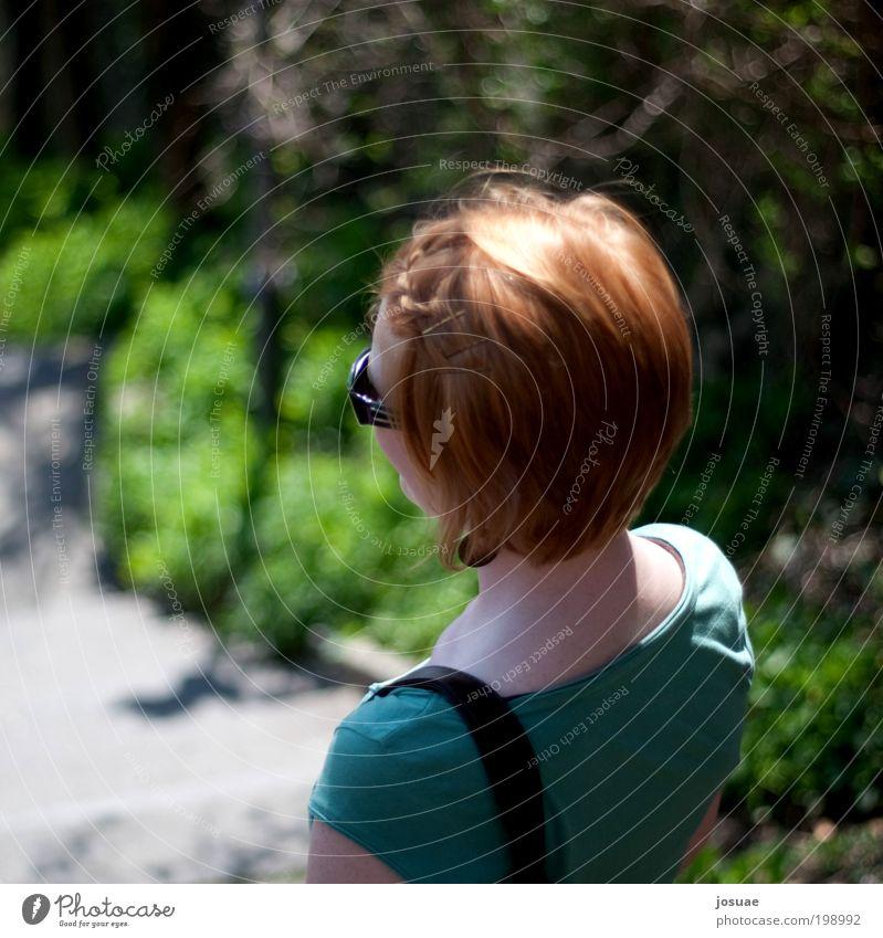 linkswärts Ausflug Sommer wandern feminin Junge Frau Jugendliche 18-30 Jahre Erwachsene Natur Schönes Wetter Sträucher Park T-Shirt Ohrringe Tasche Sonnenbrille