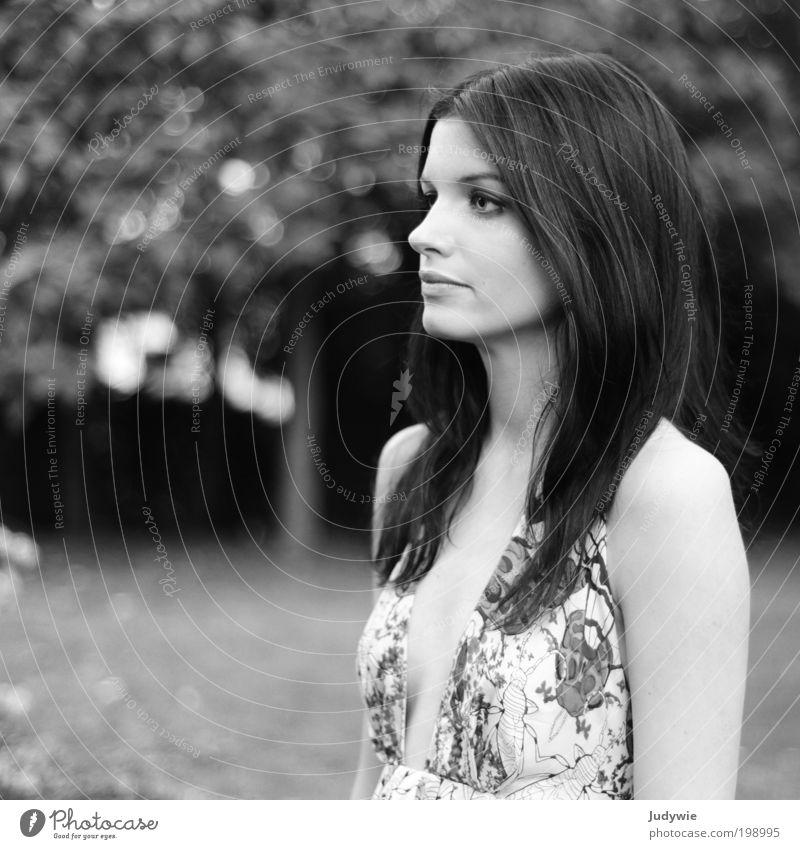 Die Zeit steht still elegant Stil schön Mensch feminin Junge Frau Jugendliche Erwachsene 18-30 Jahre Natur Frühling Sommer Garten Park Mode Kleid schwarzhaarig