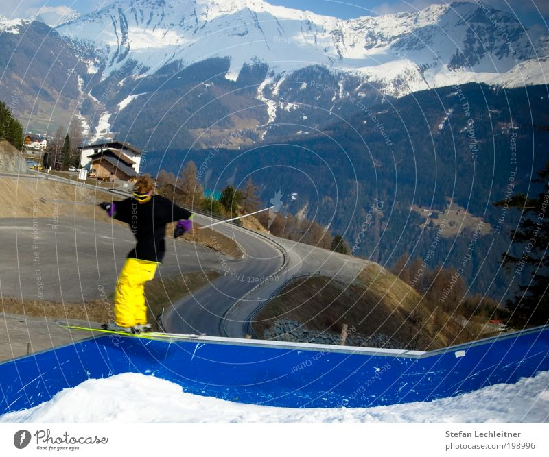 jib it! Mensch Mann Jugendliche Ferien & Urlaub & Reisen Winter Erwachsene Landschaft Straße Leben Schnee Sport Berge u. Gebirge springen Luft maskulin