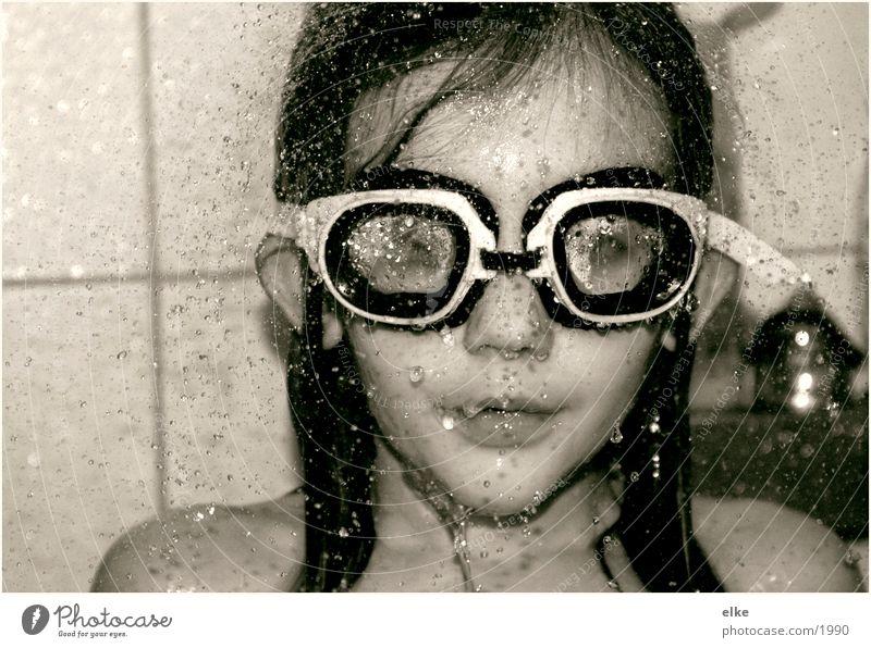 to take a shower Mensch Wasser Mädchen Dusche (Installation) Unter der Dusche (Aktivität) Kind Taucherbrille