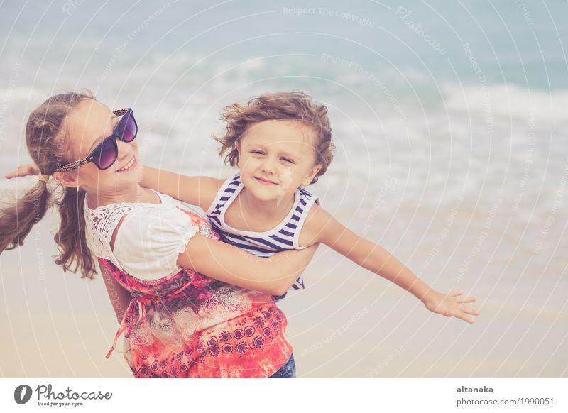 Schwester und Bruder spielen tagsüber am Strand. Konzept Bruder und Schwester für immer zusammen Lifestyle Freude Glück schön Erholung Freizeit & Hobby Spielen