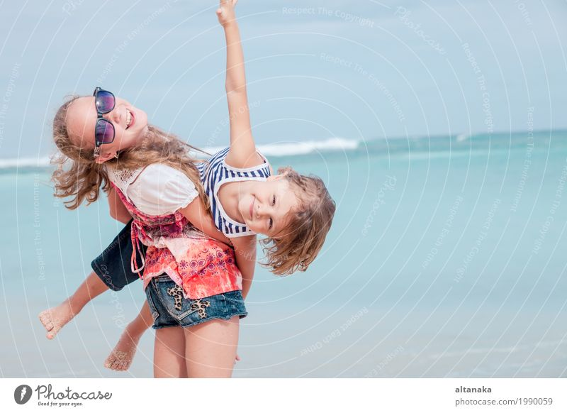 Schwester und Bruder, die am Strand zur Tageszeit spielen. Lifestyle Freude Glück schön Erholung Freizeit & Hobby Spielen Ferien & Urlaub & Reisen Freiheit