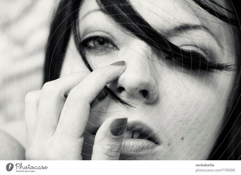 aus den augen. schön dunkel feminin Traurigkeit Denken ästhetisch authentisch beobachten berühren atmen langhaarig Fingernagel Anschnitt selbstbewußt