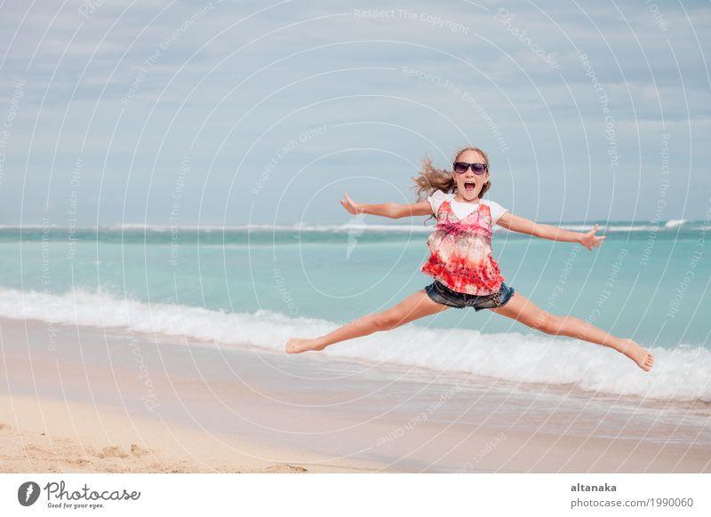 Glückliches jugendlich Mädchen, das auf den Strand springt Lifestyle Freude Freizeit & Hobby Spielen Ferien & Urlaub & Reisen Ausflug Freiheit Sommer Sonne Meer