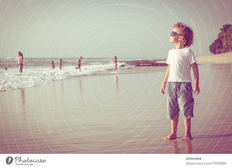 Glücklicher kleiner Junge, der auf dem Strand spielt Mensch Kind Himmel Natur Ferien & Urlaub & Reisen Mann Sommer Sonne Hand Meer Erholung Freude Erwachsene