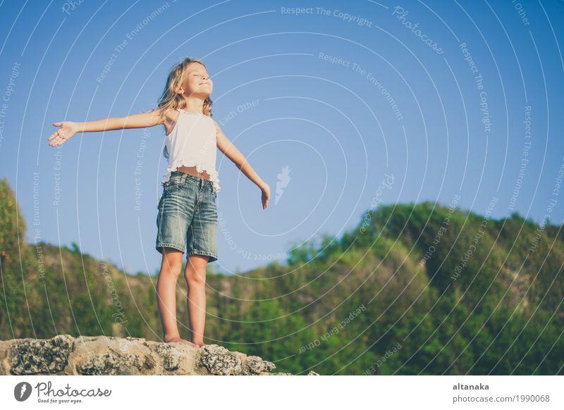 Glückliches kleines Mädchen am Strand stehend am Tag Lifestyle Freude schön Erholung Freizeit & Hobby Spielen Ferien & Urlaub & Reisen Freiheit Sommer Sonne